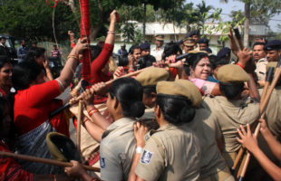 BJP Mahila Morcha activists scuffle with Police on way to gherao Naveen Niwas: