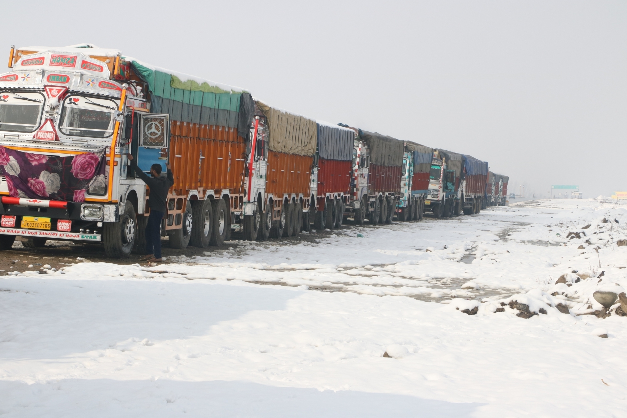 Jammu-Srinagar highway remains closed
